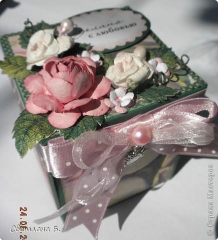 """Коробочка-шоколадница сделана по моему любимому скетчу. В работе использовала картон """"Флора"""", гофрированный картон, ажурную салфетку, атласную ленту, дырокольное бумажное кружево, наклейки бабочек и цветочков. фото 7"""
