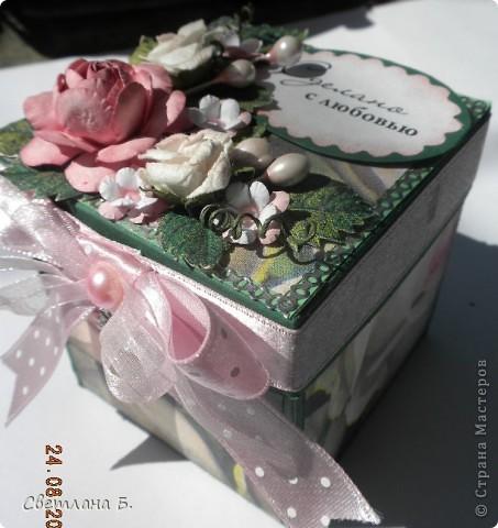 """Коробочка-шоколадница сделана по моему любимому скетчу. В работе использовала картон """"Флора"""", гофрированный картон, ажурную салфетку, атласную ленту, дырокольное бумажное кружево, наклейки бабочек и цветочков. фото 12"""