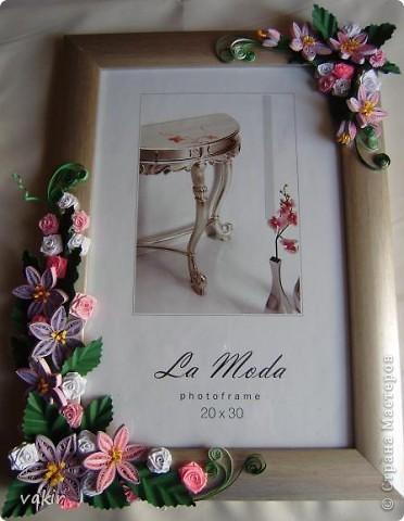 Эту рамку, предназначенную для подарка, попросили украсить квиллингом. Поскольку рамка серебристого цвета, решила использовать сиренево-розовую гамму цветов с вкраплениями белого и тёмно-зелёные листья, которые оттеняли бы цветы. фото 1