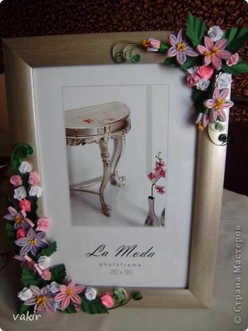 Эту рамку, предназначенную для подарка, попросили украсить квиллингом. Поскольку рамка серебристого цвета, решила использовать сиренево-розовую гамму цветов с вкраплениями белого и тёмно-зелёные листья, которые оттеняли бы цветы. фото 7