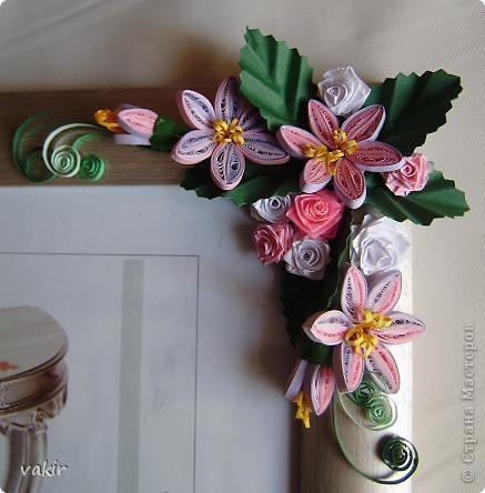 Эту рамку, предназначенную для подарка, попросили украсить квиллингом. Поскольку рамка серебристого цвета, решила использовать сиренево-розовую гамму цветов с вкраплениями белого и тёмно-зелёные листья, которые оттеняли бы цветы. фото 5