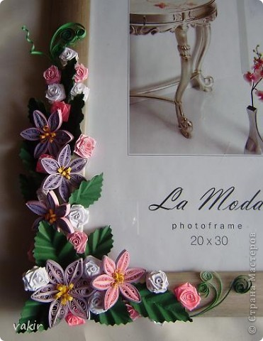 Эту рамку, предназначенную для подарка, попросили украсить квиллингом. Поскольку рамка серебристого цвета, решила использовать сиренево-розовую гамму цветов с вкраплениями белого и тёмно-зелёные листья, которые оттеняли бы цветы. фото 2