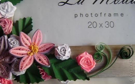 Эту рамку, предназначенную для подарка, попросили украсить квиллингом. Поскольку рамка серебристого цвета, решила использовать сиренево-розовую гамму цветов с вкраплениями белого и тёмно-зелёные листья, которые оттеняли бы цветы. фото 4