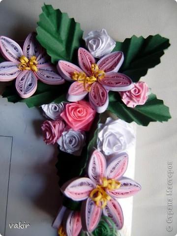 Эту рамку, предназначенную для подарка, попросили украсить квиллингом. Поскольку рамка серебристого цвета, решила использовать сиренево-розовую гамму цветов с вкраплениями белого и тёмно-зелёные листья, которые оттеняли бы цветы. фото 6