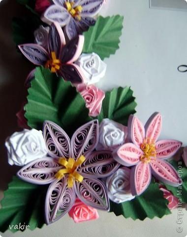 Эту рамку, предназначенную для подарка, попросили украсить квиллингом. Поскольку рамка серебристого цвета, решила использовать сиренево-розовую гамму цветов с вкраплениями белого и тёмно-зелёные листья, которые оттеняли бы цветы. фото 3