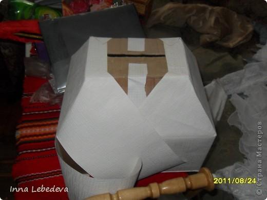 Для казны использовала коробку из-под печенья, белые тесненые обои. фото 1