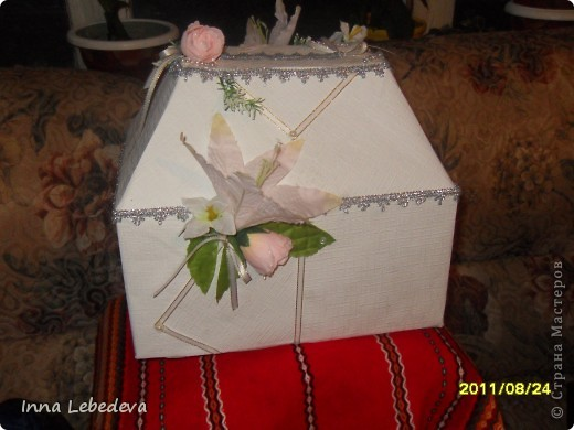 Для казны использовала коробку из-под печенья, белые тесненые обои. фото 2