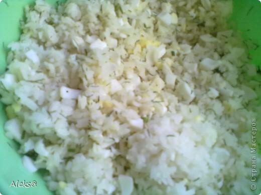 Долго планировала и наконец-то решилась приготовить Курник таким, каким помню его из детства, по рецепту моей мамы. Не так сложен рецепт, как кажется, просто много времени уходит на подготовку начинки. Но поверьте результат того стоит:))) Итак, готовим тесто. 2 яйца+1 ст.ложка сахара, щепотка соли и соды, взбиваем. Добавляем половину стакана молока, 100гр растопленного остывшего маргарина. Перемешиваем и потихоньку всыпаем муку (примерно 1 кг). Тесто получается не тугим, но упругим. Откладываем его, можно в холодильник и приступаем к начинкам.  Их будет три. фото 3