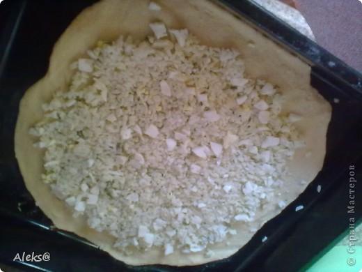 Долго планировала и наконец-то решилась приготовить Курник таким, каким помню его из детства, по рецепту моей мамы. Не так сложен рецепт, как кажется, просто много времени уходит на подготовку начинки. Но поверьте результат того стоит:))) Итак, готовим тесто. 2 яйца+1 ст.ложка сахара, щепотка соли и соды, взбиваем. Добавляем половину стакана молока, 100гр растопленного остывшего маргарина. Перемешиваем и потихоньку всыпаем муку (примерно 1 кг). Тесто получается не тугим, но упругим. Откладываем его, можно в холодильник и приступаем к начинкам.  Их будет три. фото 7