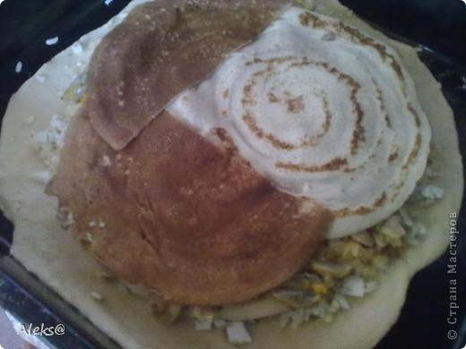Долго планировала и наконец-то решилась приготовить Курник таким, каким помню его из детства, по рецепту моей мамы. Не так сложен рецепт, как кажется, просто много времени уходит на подготовку начинки. Но поверьте результат того стоит:))) Итак, готовим тесто. 2 яйца+1 ст.ложка сахара, щепотка соли и соды, взбиваем. Добавляем половину стакана молока, 100гр растопленного остывшего маргарина. Перемешиваем и потихоньку всыпаем муку (примерно 1 кг). Тесто получается не тугим, но упругим. Откладываем его, можно в холодильник и приступаем к начинкам.  Их будет три. фото 8