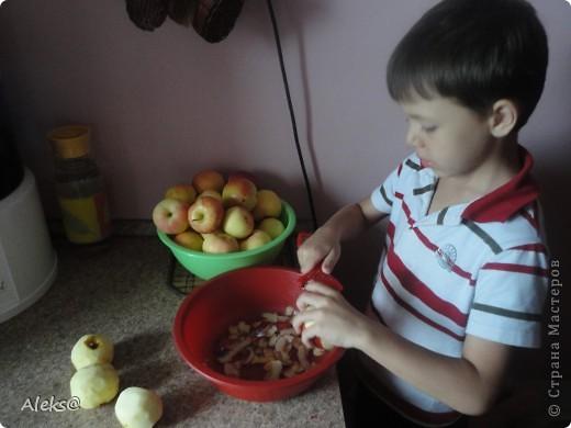 Готовим Шарлотку по быстрому. Пока мой маленький помощник чистит яблоки, я взбиваю 5 яиц+1стакан сахара, добавляю 1/3 ч.ложки гашеной соды и 1 стакан муки. Тесто готово. фото 1