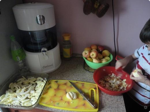 Готовим Шарлотку по быстрому. Пока мой маленький помощник чистит яблоки, я взбиваю 5 яиц+1стакан сахара, добавляю 1/3 ч.ложки гашеной соды и 1 стакан муки. Тесто готово. фото 2