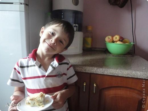 Готовим Шарлотку по быстрому. Пока мой маленький помощник чистит яблоки, я взбиваю 5 яиц+1стакан сахара, добавляю 1/3 ч.ложки гашеной соды и 1 стакан муки. Тесто готово. фото 5