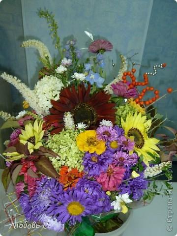 Осенний букет из подсолнухов, астр и других цветов.