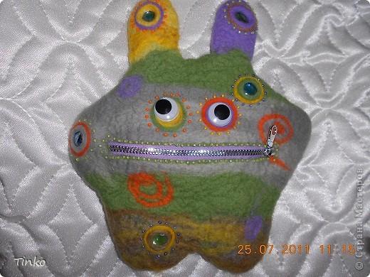 Веселый инопланетянин, выполненный в технике мокрого валяния, в роли косметички. фото 1