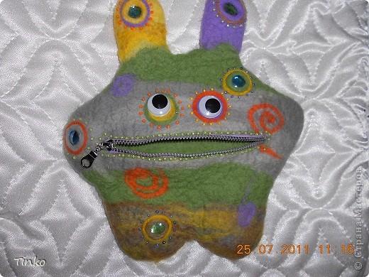Веселый инопланетянин, выполненный в технике мокрого валяния, в роли косметички. фото 2