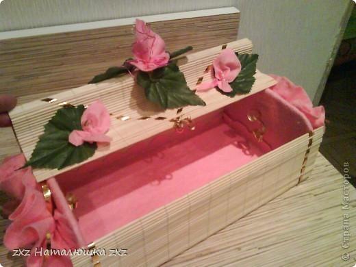 Сделано из кухонной салфетки)Зелёные листочки от искусственной зелени,а цветочки из салфетки для вытирания пыли))) фото 4