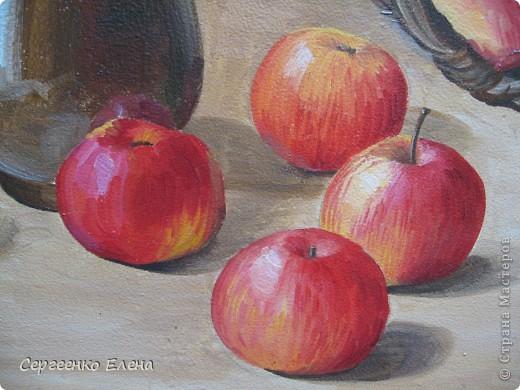 Яблок в этом году в садах очень много. Решила я написать натюрморт.  Разложила красиво яблоки, начала рисовать. Уж больно они сладкие, сочные! Пишу, а так и хочется откусить! Решила сначала одно яблочко съесть, потом второе, так незаметно, почти все и съела. Вкуснотища! Здесь нарисованы яблоки двух сортов: жигулёвское и уэлси. Только закончила картину, сразу отправила на выставку самодеятельных художников в областную картинную галерею.  фото 3