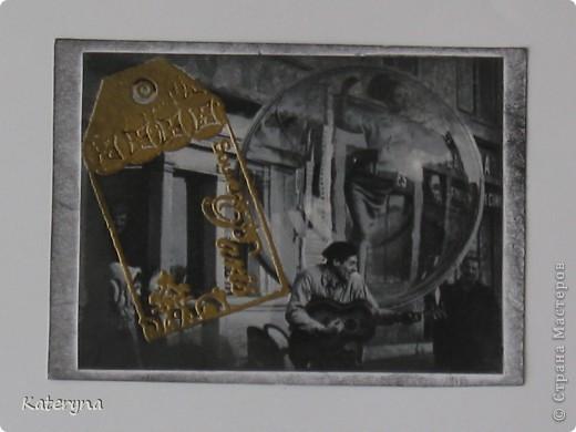 """Привет,привет! Давненько я не показывала вам,уважаемые """"жители"""" и гости Страны Мастеров,ничего новенького.Ну да я исправляюсь:) Итак,новая серия карточек АТС. За основу взяты потрясающие снимки Симоны Д`Аленкур.Это любимая модель мастера модного фото Мелвина Сокольски. Его знаменитая серия """"Simone,Bubble,Siene,Paris 1963""""(""""Симона,Пузырь,Сена,Париж 1963"""") была сделана для журнала """"Harper`s Bazaar""""и до недавнего времени находилась в частной коллекции Пола Томплинсона. Остаётся загадкой,как же этот пузырь витает в водухе. Из 10 снимков я выбрала только 7 и назвала серию """"Сфера"""". Основа тонирована дистрес-чернилами.На каждой карточке тематический штамп и влажный эмбосинг с золотой пудрой. Приятного просмотра!  фото 4"""
