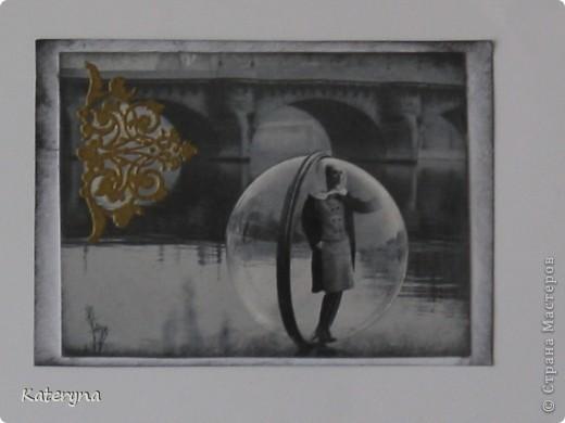 """Привет,привет! Давненько я не показывала вам,уважаемые """"жители"""" и гости Страны Мастеров,ничего новенького.Ну да я исправляюсь:) Итак,новая серия карточек АТС. За основу взяты потрясающие снимки Симоны Д`Аленкур.Это любимая модель мастера модного фото Мелвина Сокольски. Его знаменитая серия """"Simone,Bubble,Siene,Paris 1963""""(""""Симона,Пузырь,Сена,Париж 1963"""") была сделана для журнала """"Harper`s Bazaar""""и до недавнего времени находилась в частной коллекции Пола Томплинсона. Остаётся загадкой,как же этот пузырь витает в водухе. Из 10 снимков я выбрала только 7 и назвала серию """"Сфера"""". Основа тонирована дистрес-чернилами.На каждой карточке тематический штамп и влажный эмбосинг с золотой пудрой. Приятного просмотра!  фото 7"""
