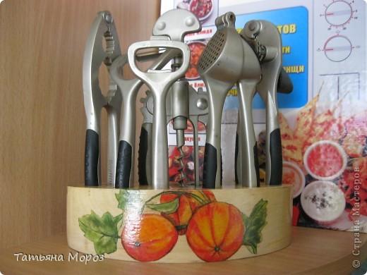 """Добрый вечер, мои дорогие! ОЧЕНЬ рада всех видеть! Я продолжаю украшать свою любимую кухню! Дошли ручки до декора кухонных наборов. Это набор ножей """"Бергофф"""" - хорошее качество ножей и отличная подставка - натуральное дерево. Хотелось сохранить фактуру дерева, поэтому даже грунтовать не стала, а просто прошлась по дереву меленькой шкурочкой, как бы немножко оживила само дерево и клеила салфеточку. фото 6"""