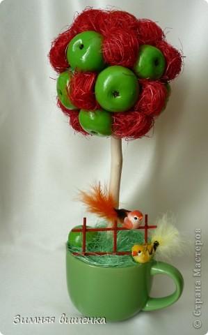 """Доброе утро! Наступила осень, пора сбор урожая, вот такие яблочки выросли в моем саду!  Зеленые вылеплены из соленого теста, а красные сделаны из сизаля. Муж назвал это деревце """"томатно-яблоневое"""", уж очень ему мои красные яблоки напомнили помидорки. фото 1"""