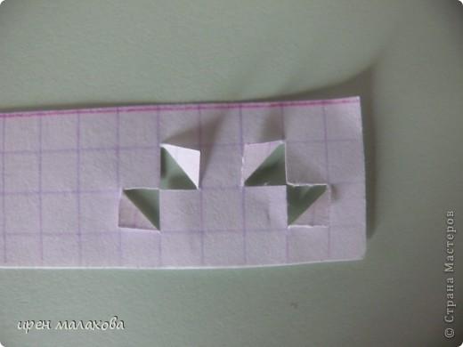 Я предлагаю сделать вот такую закладку. Чтобы её сделать вам понадобится обычный листочек в клеточку и специальный ножек для рарезания бумаги. фото 4