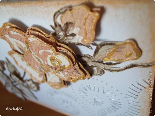 Сегодня я снова к Вам с открыткой из того, что есть под рукой. Лист для акварели, прокалывала иглой(предварительно положив на лист бумажное полотенце с рисунком, по которому легче проколы делать на нужном расстоянии). Потом нитью металлизированной прошила. Затем использовала кусок обоев(ну очень давний), вырезала три розочки. Одну целиком оставила, а две другие разрезала на лепестки и серединку. По краям обвела глиттером(не понравилось, потом контуром. И с помощью вспененного скотча приклеила на фон сначала целую  розочку, на неё лепестки второй, только смещая к серединке чуть, а потом лепестки третьей разрезанной розочки и серединку. Вырезала листочки из тех же обоев, тоже контуром по краям провела и приклеила на тот же вспененный скотч. И вот, что получилось.  фото 3