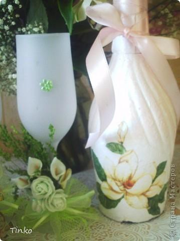 Украшала для своей свадьбы бутылки в технике декупаж. Было несколько бутылок разных цветов, эта осталась на годовщину, поэтому удалось сфотографировать. фото 1