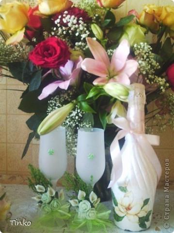 Украшала для своей свадьбы бутылки в технике декупаж. Было несколько бутылок разных цветов, эта осталась на годовщину, поэтому удалось сфотографировать. фото 2