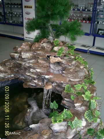 Водопад с разноцветными рыбками в большом магазине бытовой техники.  фото 7