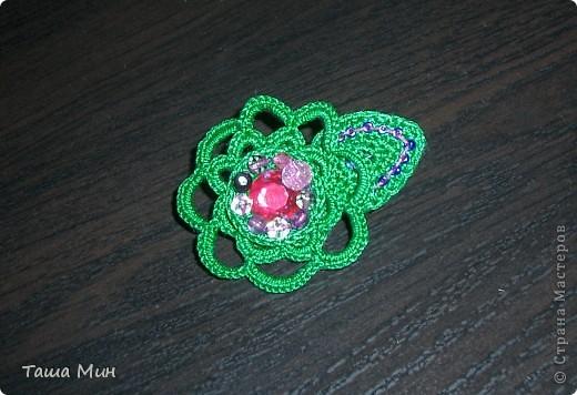Брошка цветок вязанная крючком с камушками фото 1