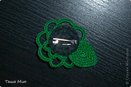 Брошка цветок вязанная крючком с камушками фото 2