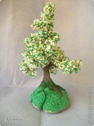 Очень долго собиралась попробовать сделать дерево из бисера. И вот наконец-то сделала. В результате получилось деревце из бисера и домик из самозастывающей глины. фото 4