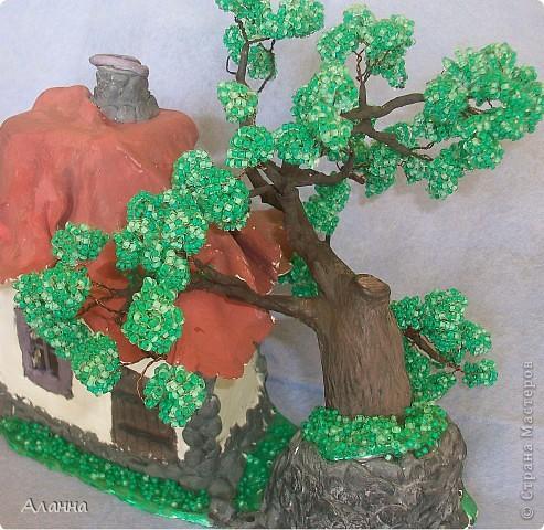 Очень долго собиралась попробовать сделать дерево из бисера. И вот наконец-то сделала. В результате получилось деревце из бисера и домик из самозастывающей глины. фото 2