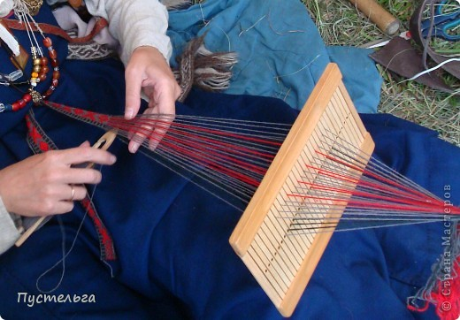"""На фестивале """"Времена и Эпохи"""" http://stranamasterov.ru/node/235192  я увидела как ткут пояса на бёрде или бёрдышке. Очень захотелось попробовать... но где взять бёрдо? фото 1"""
