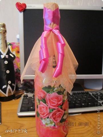 Бутылочка в подарок моей подружке  на годовщину свадьбы. Это, можно сказать, моя вторая работа. Так как салфеток ещё небыло в моём хозяйстве, то использовала открытку. фото 1