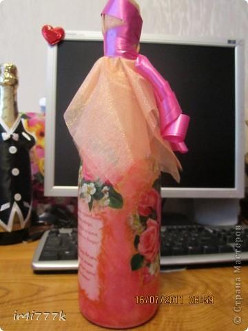 Бутылочка в подарок моей подружке  на годовщину свадьбы. Это, можно сказать, моя вторая работа. Так как салфеток ещё небыло в моём хозяйстве, то использовала открытку. фото 4