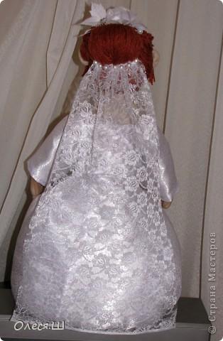 Здравствуй страна! Вот такую смешную невесту я сделала сестре на свадьбу))) Тельце  из бутылки пластиковой, юбка на каркасе из проволоки, обернутая синтепоном. Ножек нет, но стоит прочно))) Хвастаюсь))) фото 5