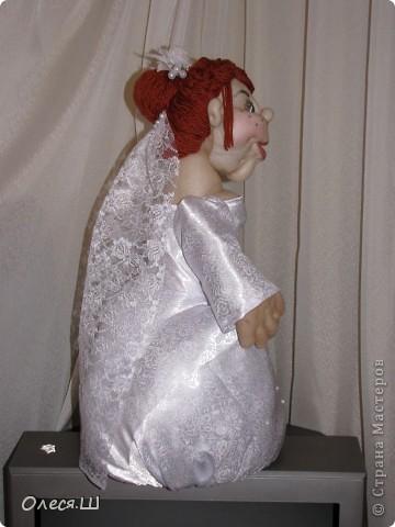 Здравствуй страна! Вот такую смешную невесту я сделала сестре на свадьбу))) Тельце  из бутылки пластиковой, юбка на каркасе из проволоки, обернутая синтепоном. Ножек нет, но стоит прочно))) Хвастаюсь))) фото 6