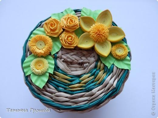 """Как я уже неоднократно говорила, ОБОЖАЮ """"ПЛЕТЕНКИ"""". Для выставки украсила несколько плетеных шкатулочек квиллинговыми цветочками. Эту маленькую круглую шкатулочку украсила желтыми цветами. фото 1"""