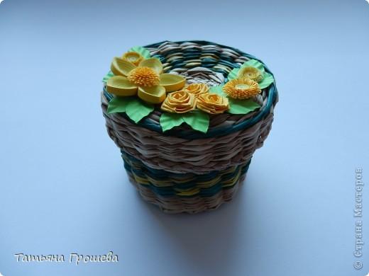 """Как я уже неоднократно говорила, ОБОЖАЮ """"ПЛЕТЕНКИ"""". Для выставки украсила несколько плетеных шкатулочек квиллинговыми цветочками. Эту маленькую круглую шкатулочку украсила желтыми цветами. фото 2"""