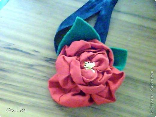 такой цветок для украшения волос сшила моя доченька Цветок - красный сатин советских времен, листики - из зеленого флиса, атласная ленточка (правда, черного цвета) фото 1