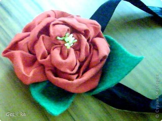 такой цветок для украшения волос сшила моя доченька Цветок - красный сатин советских времен, листики - из зеленого флиса, атласная ленточка (правда, черного цвета) фото 2