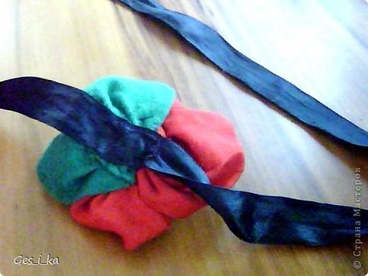 такой цветок для украшения волос сшила моя доченька Цветок - красный сатин советских времен, листики - из зеленого флиса, атласная ленточка (правда, черного цвета) фото 3