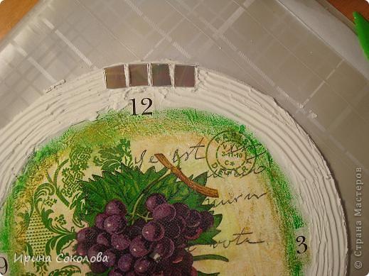 Часы сделаны на виниловой пластинке. Задекорированы в технике декупаж и выложены мозаикой. фото 4