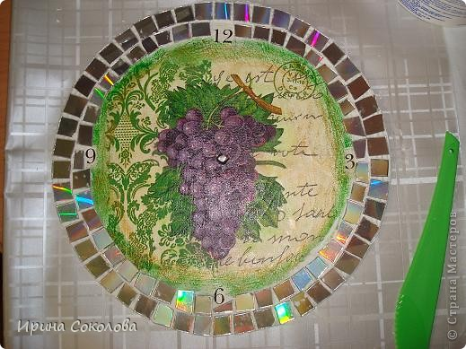 Часы сделаны на виниловой пластинке. Задекорированы в технике декупаж и выложены мозаикой. фото 5