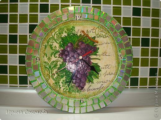 Часы сделаны на виниловой пластинке. Задекорированы в технике декупаж и выложены мозаикой. фото 1