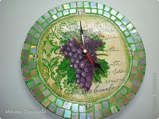 Часы сделаны на виниловой пластинке. Задекорированы в технике декупаж и выложены мозаикой. фото 2