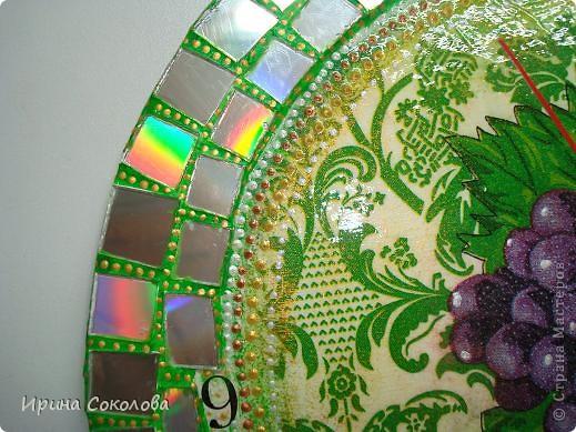 Часы сделаны на виниловой пластинке. Задекорированы в технике декупаж и выложены мозаикой. фото 7